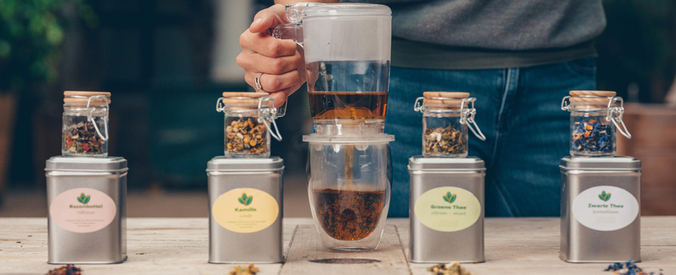 Thee zetten van losse kruiden
